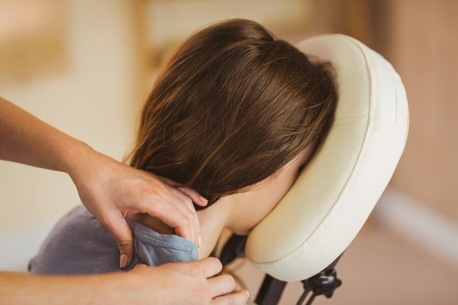 vrouw krijgt een Stovita Stoelmassage